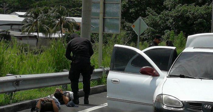 Interceptan a sujetos abordo de un vehículo en el que cobrarían extorsión, en Sonsonate