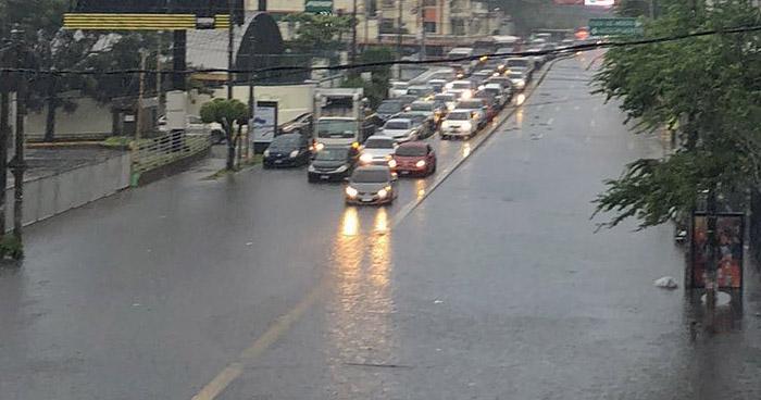 Fuerte lluvia causa inundación en diferentes puntos de San Salvador