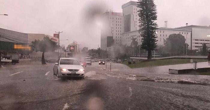 Calles inundadas, deja la lluvia percibida por pocos minutos en San Salvador