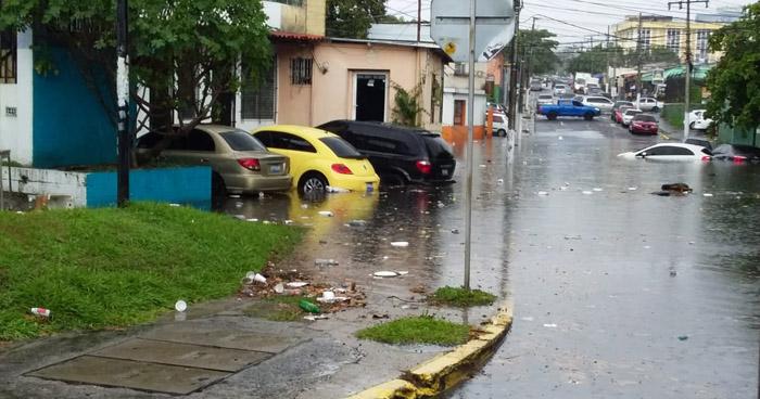10 vehículos afectados por inundación en calle de San Salvador