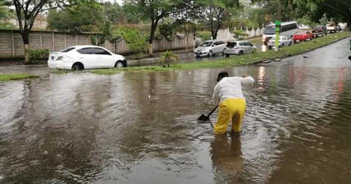 Accidentes e inundaciones deja lluvia de esta tarde