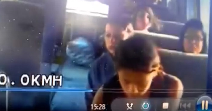 Así es como operan dos mujeres para robar a una joven en un microbús en Santa Ana