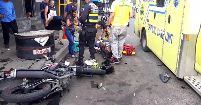 Dos lesionados tras choque en calle Concepción de San Salvador