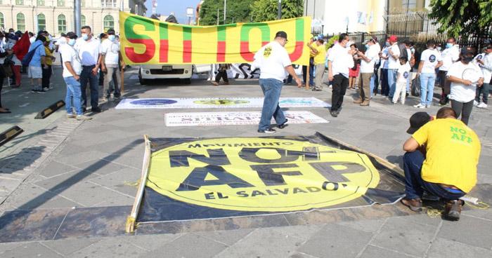 Sindicalistas protestan contra el sistema de pensiones hacia Asamblea Legislativa