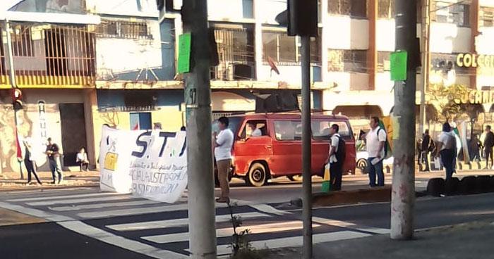Sindicalistas protestan contra la alcaldía de San Salvador y cierran alameda Juan Pablo II