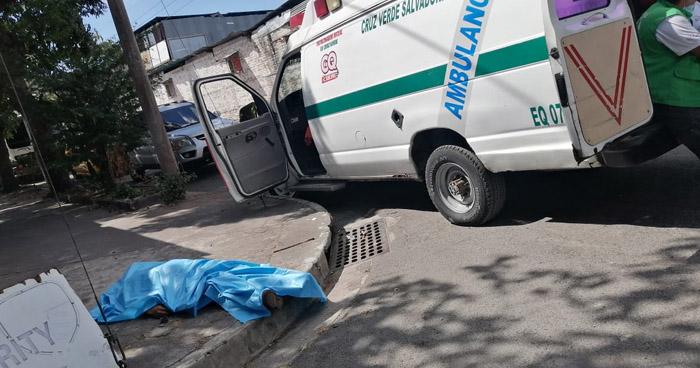 Mecanico pierde la vida tras chocar contra un poste en San Salvador