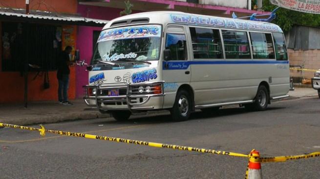 Matan a un hombre al interior de un microbús de la ruta 6 en calle a Mariona
