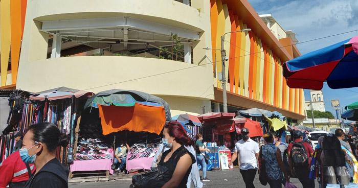 Vendedores denuncian cobro de $290 por puestos en nuevo mercado Hula Hula