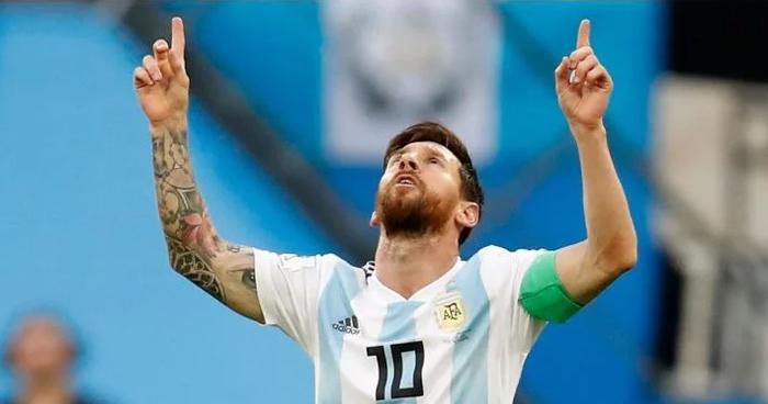 Messi revelo su amuleto de la suerte, una cinta roja en el tobillo izquierdo