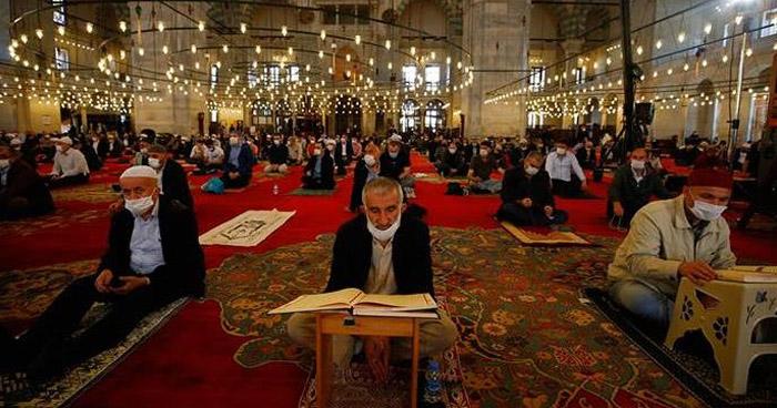 Mezquitas en Turquía vuelven a abrir tras meses de cierre por COVID-19