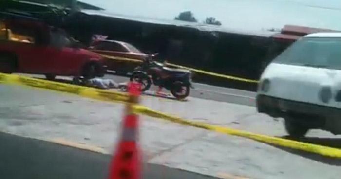 Motociclista pierde la vida al chocar contra un pick up en Cuscatlán
