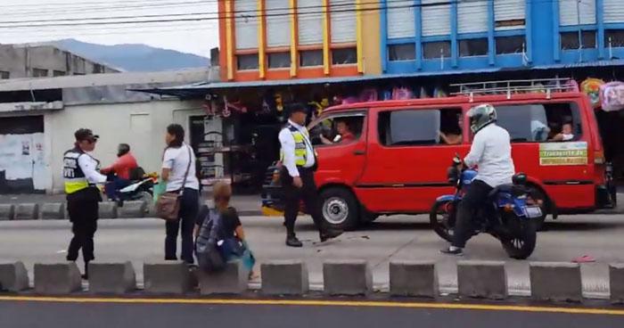 Motociclista sin licencia atropella a una mujer sobre Alameda Juan Pablo II