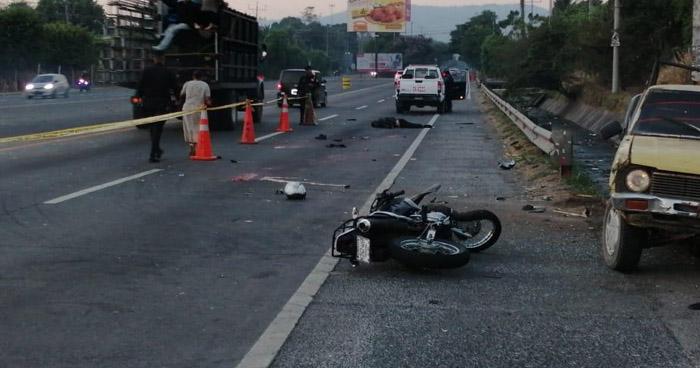 Motociclista muere tras impactar contra pickup en la carretera a Santa Ana