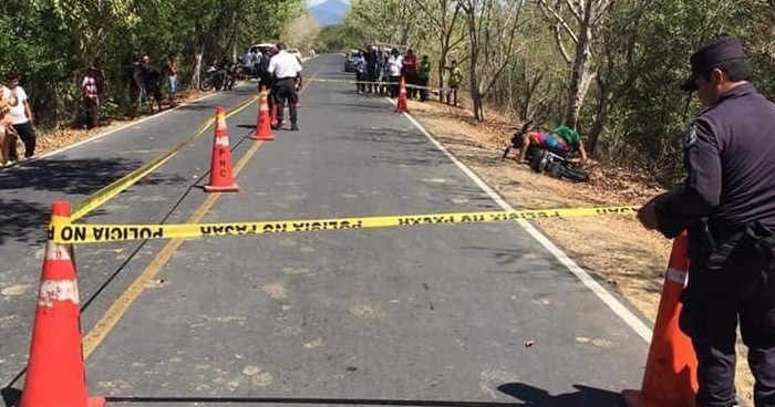 Motociclista muere al chocar contra un árbol en Ahuachapán