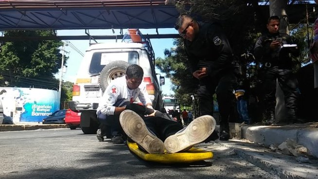 Motociclista resulta lesionado tras ser arrollado por un microbús de la Ruta 42 en Santa Tecla
