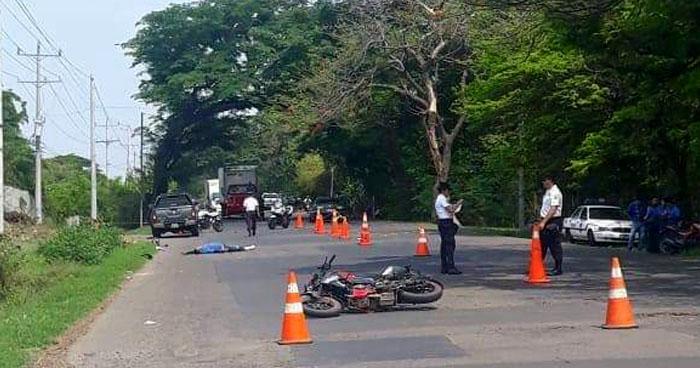 Motociclista falleció tras chocar con un pick up en carretera Litoral, en Sonsonate