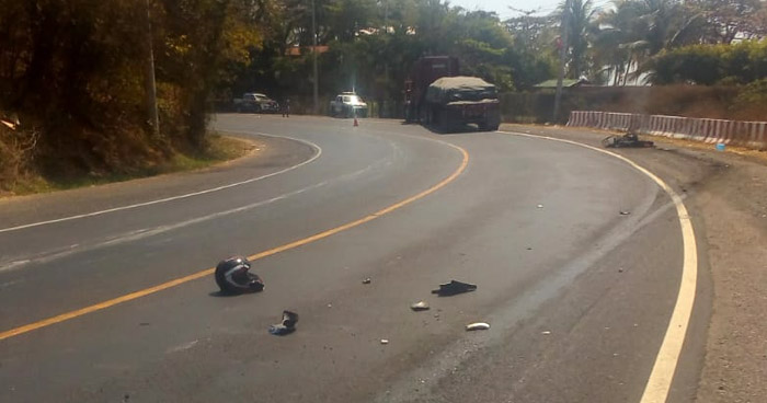 Motociclista muere tras chocar contra una rastra en carretera Litoral, La Libertad