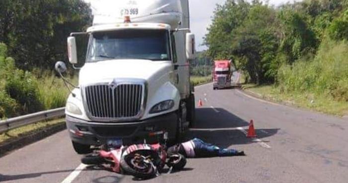 Motociclista muere tras ser embestido por furgón en la carretera de Santa Ana a San Salvador