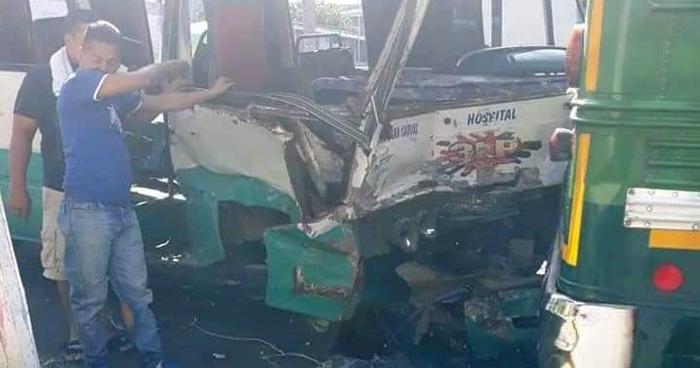 Microbús sin frenos atropelló a personas a su paso e impactó a varios vehículos en Zacatecoluca