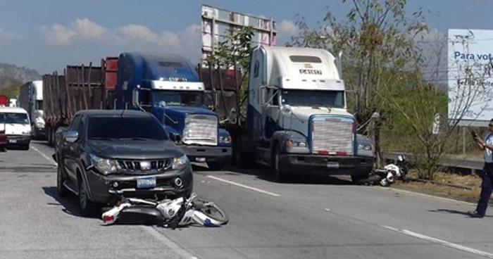 Dos agentes motorizados de la PNC resultaron lesionados tras ser embestidos por una rastra y un pickup