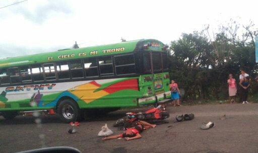 Agente de la PNC muerto y otro lesionado tras chocar con un bus en Chalchuapa