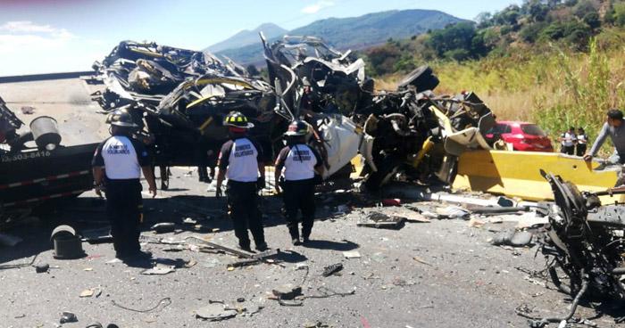 Muere salvadoreño en aparatoso accidente registrado en carretera de Guatemala a El Salvador