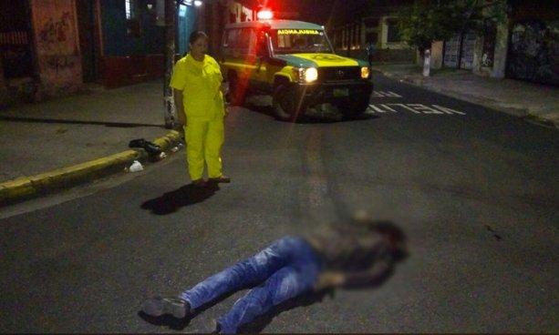 Motociclista en estado de ebriedad murió anoche tras ser embestido por una rastra en San Salvador