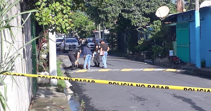 Asesinan a una joven y abandonan su cadáver en colonia Santa Rita de Mejicanos