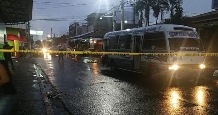 Mujer muere tras ser atropellada por un microbus de la ruta 8 en San Miguel