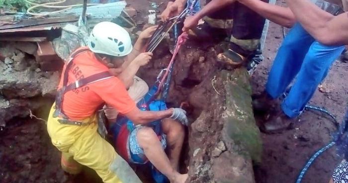 Rescatan a mujer que cayó a fosa séptica en tras hundirse en Ahuachapan
