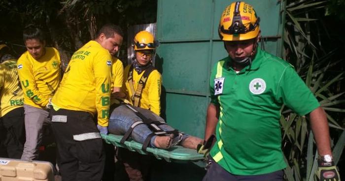 Rescatan a mujer ebria que cayó a un barranco en calle Agua Caliente, San Salvador