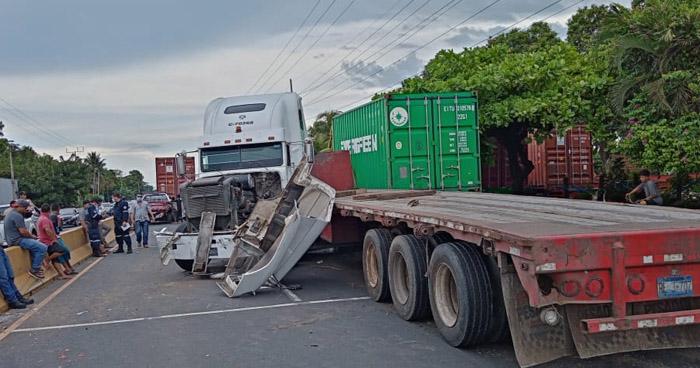 Caos vehicular por múltiple choque en carretera de Sonsonate
