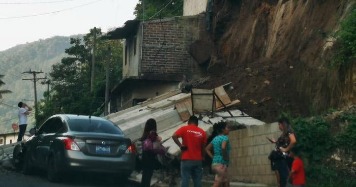 Muro colapsa sobre carretera principal en Santo Tomás