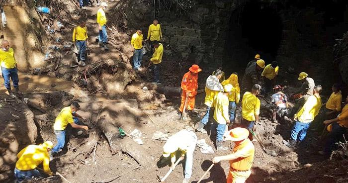 Continúan labores de búsqueda y remoción de escombros en zona de deslave en Nejapa