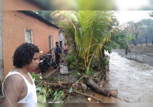 El primer aguacero en Nicaragua afecta calles y viviendas