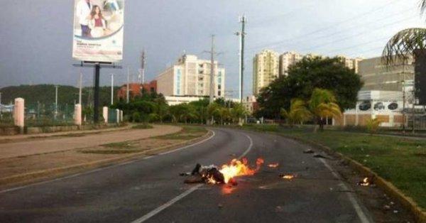 Hombre muere quemado durante protestas en Venezuela