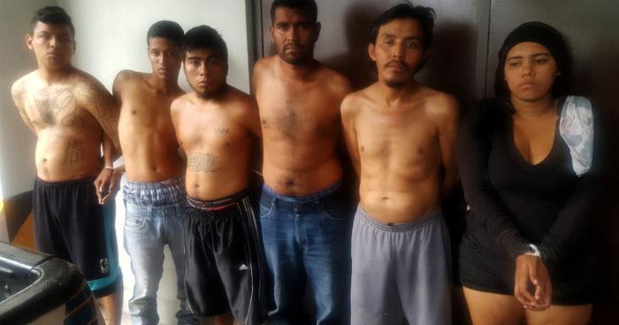 Capturan a 5 hombres y una mujer al interior de un motel con droga, en San Salvador