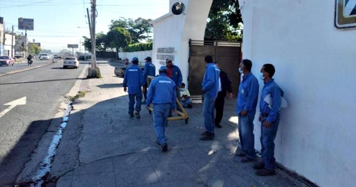 Empleados de cementerios en San Salvador en paro de labores por impago