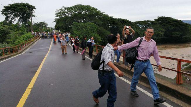 Colapsan dos puentes en Chalatenango debido a las intensas lluvias de las últimas horas