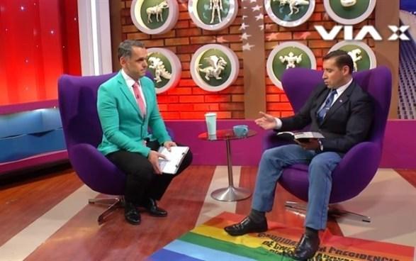Polémico | Pastor evangélico uso la bandera LGBT como alfombra