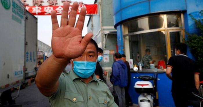 Pekin cierra mercados y aplaza retorno de alumnos a escuelas tras nuevos casos de COVID-19