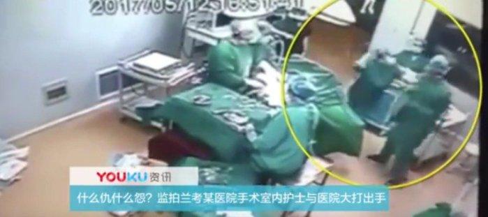 Polémica pelea entre una enfermera y un doctor en plena operación en un quirófano