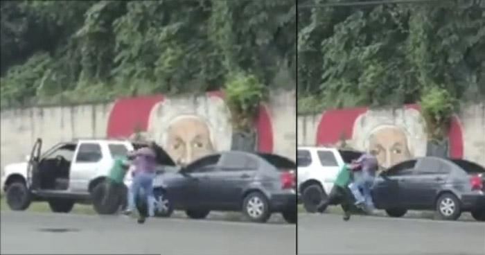 Captan en video a conductores peleando en plena vía pública en Santa Ana