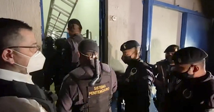 Liberan a custodios que pandilleros tenían como rehenes en Penal de Guatemala