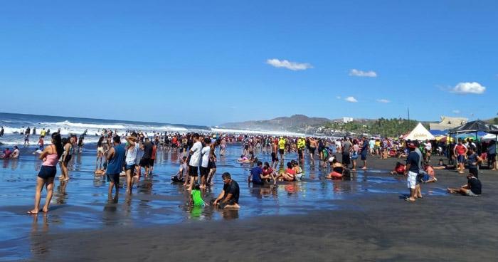 Abarrotadas, así luce playa El Majahual esta Semana Santa