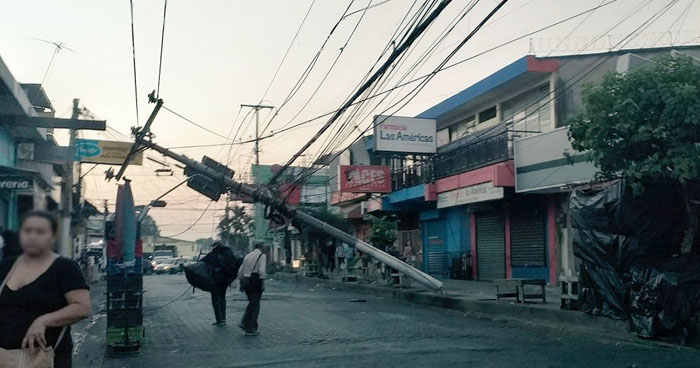 Calle Roosevelt de Soyapango cerrada por poste caído