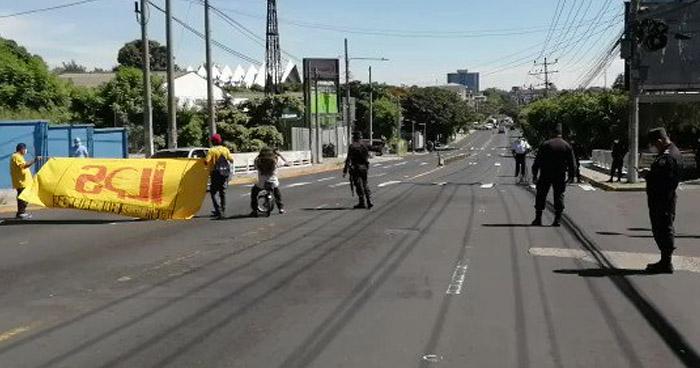 Estudiantes de la UES marchan para conmemorar masacre estudiantil
