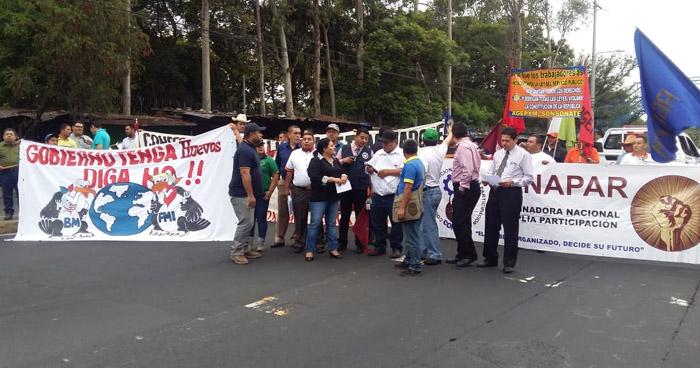 Sindicalistas protestan y cierran sobre el Bulevar Tutunichapa en rechazo a la Ley del Servicio Público