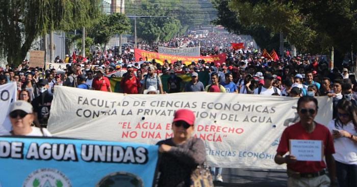 """Insultan a diputados del FMLN y les reclaman que en 10 años en el Gobierno """"no hicieron nada"""" por defender el agua"""
