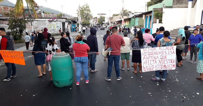 Cierran calle antigua a Tonacatepeque en protesta por instalación de antena